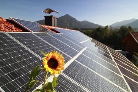 Fotovoltaïsche panelen op het dak met bergen op achtergrond