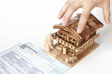 belasting document met huis en met de hand op een witte achtergrond