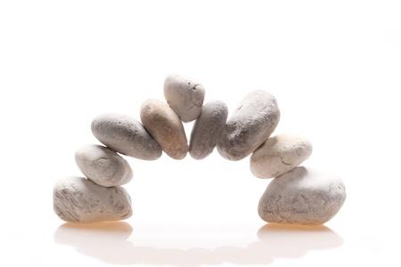 een stenen deur in balans met een witte achtergrond