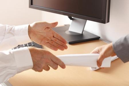 een zakenman is het leveren van documenten tot partner