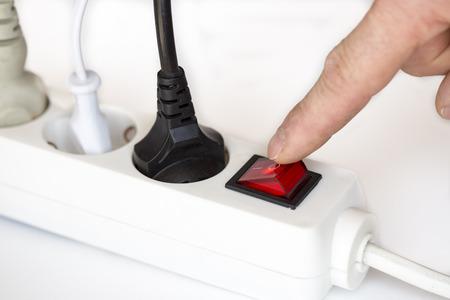 uit te schakelen met de vinger op witte elektrische apparaat