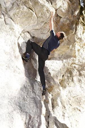 bouldering: l'uomo � boulder su una parete di roccia