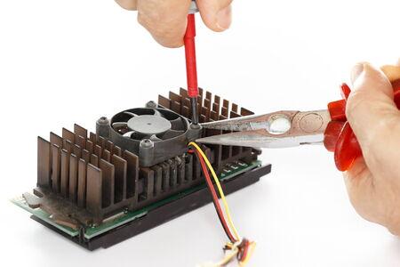 composant ?lectrique: homme r�pare un composant �lectrique avec pince Banque d'images