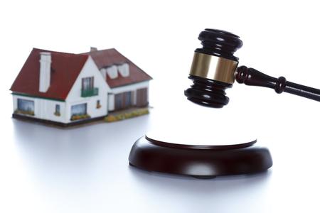 houten hamer en huis met witte achtergrond