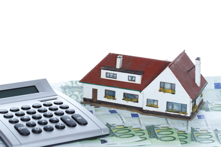 dinero euros: casa y dinero con la calculadora y el fondo blanco