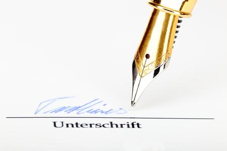 testament schreiben: Unterschrift Makro mit Füllstoff auf weißem Hintergrund