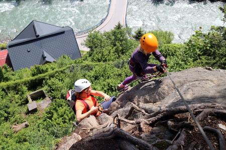 clavados: personas en lo alto de la ruta de la cuerda fija