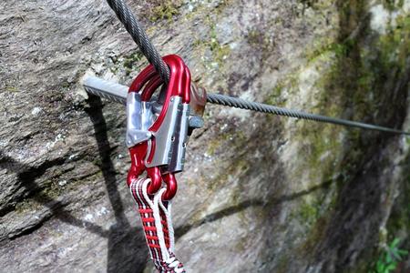 clavados: material de escalada para la seguridad en la ruta de cuerda fija Foto de archivo