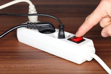 witte stopcontact op een houten tafel