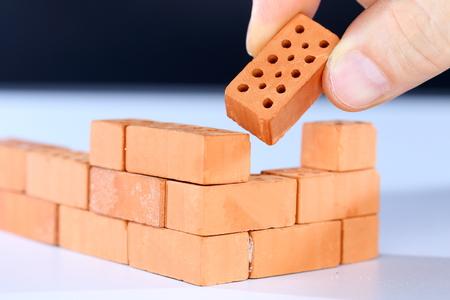 componentes: poner en el último ladrillo en una pared de ladrillo
