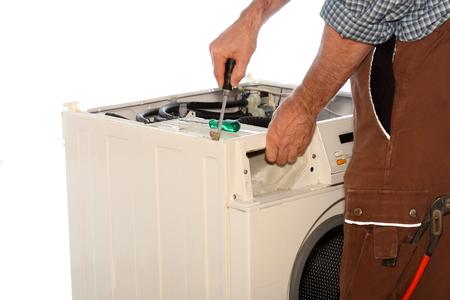 lavadora con ropa: trabajador es la fijación de una lavadora de ropa en el fondo blanco
