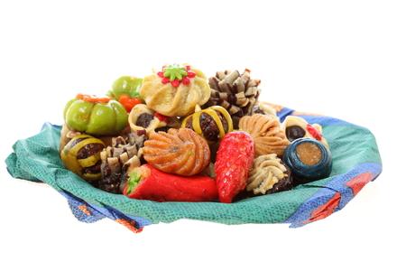 des bonbons différents sur un plat coloré