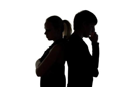 pareja discutiendo: J�venes de hombre y mujer sobre un fondo blanco