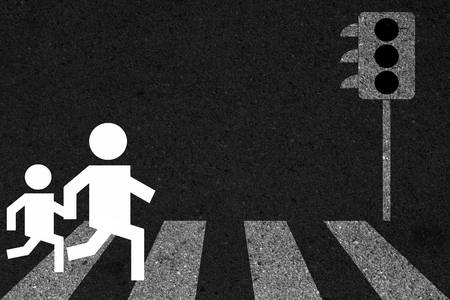 paso peatonal: Tomados de la mano a través del paso de peatones, símbolo cruce peatonal fondo. Foto de archivo