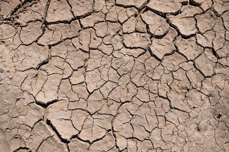균열 건조 땅 가뭄 질감 배경. 스톡 콘텐츠