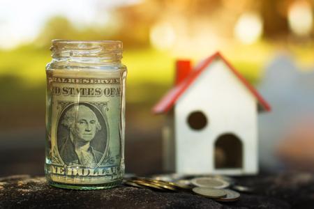 Guarde el dinero para uso futuro, Concept ahorre dinero para el futuro.