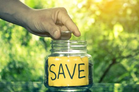 Ahorre dinero concepto ahorrar dinero para el futuro. Foto de archivo