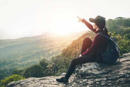 Vrouwelijke toeristen lopen in het klimmen naar natuurtochten. Stockfoto