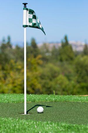 パッティング グリーンにゴルフ ・ ボール