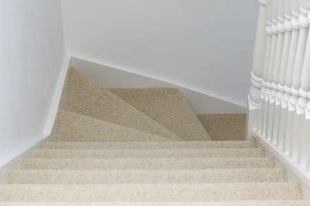 bajando escaleras: Un disparo interior a fin de reducir algunas de las escaleras alfombradas