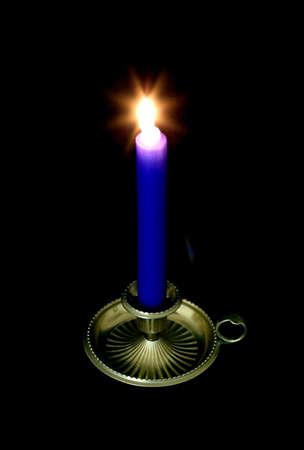 alight: Bastone blu alight in un supporto dottone della candela, priorit� bassa nera della candela