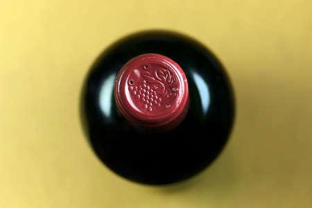 bottle liquor: Comienzo de una botella de vino tinto profundidad de campo