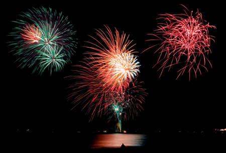 guy fawkes night: Fuegos artificiales en una playa, la silueta de una pareja mirando.