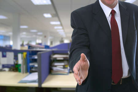 frisse start: De man zijn hand bieden te verwelkomen u het kantoor. Stockfoto