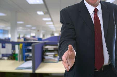 jornada de trabajo: El hombre que ofrece su mano para darle la bienvenida a la oficina.