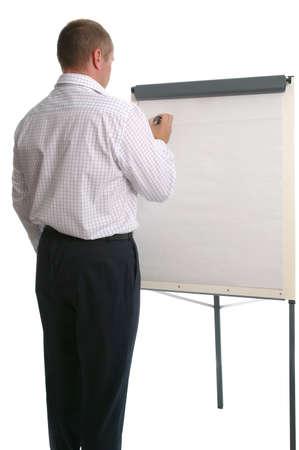 Homme d'affaires dans vestimentaire décontracté écrit sur un tableau-papier. Isolé sur blanc.