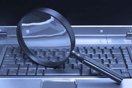 Laptop met een vergroot glas, het concept van online beveiliging en onderzoek.