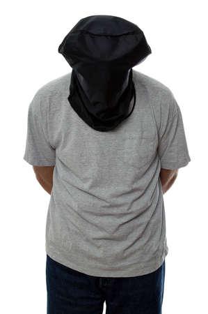 paranoia: L'uomo con un cappuccio nero sopra la sua testa e le mani legate dietro la schiena.