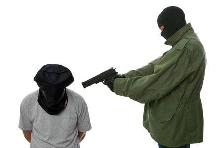 augenbinde: Entf�hrer im Besitz einer Pistole an den Kopf eines Mannes mit Kapuze. Lizenzfreie Bilder