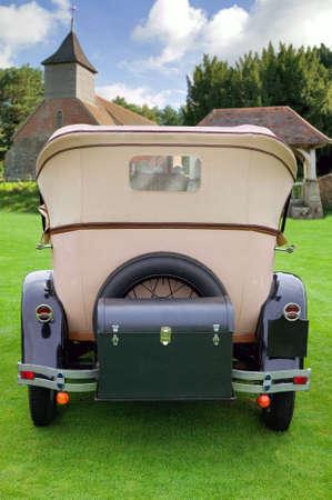 net getrouwd: Een bruiloft auto geparkeerd buiten een kerk. Als u ruimte op de trunk toevoegen van uw eigen bericht zoals Just Married.  Stockfoto
