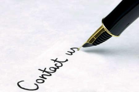 """""""Kontakt"""" auf Papier mit Wasserzeichen texturierter nibbed Gold mit einem Füllfederhalter. Schwerpunkt liegt auf den Text.  Standard-Bild - 2672381"""