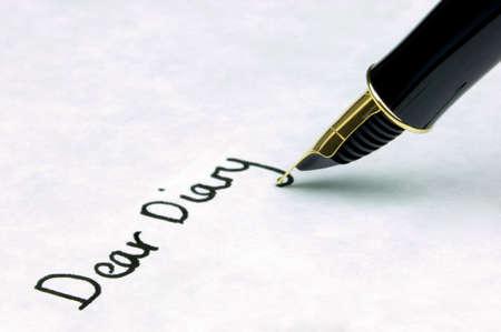 my dear: caro Diary scritto su carta strutturata con filigrana che usando un oro nibbed la penna di fontana. Il punto focale � sul testo. Archivio Fotografico