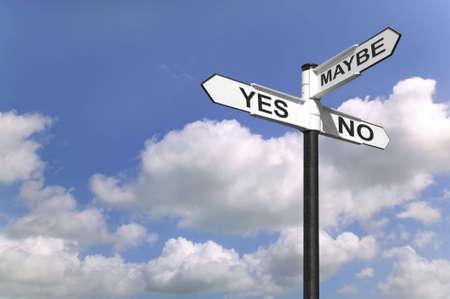 möglicherweise: Concept Bild ein Schild mit Ja, Nein oder vielleicht gegen einen blauen Himmel bew�lkt.