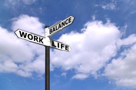 Concept style de vie image de diriger un panneau Work Life Balance contre un ciel bleu ensoleillé.  Banque d'images
