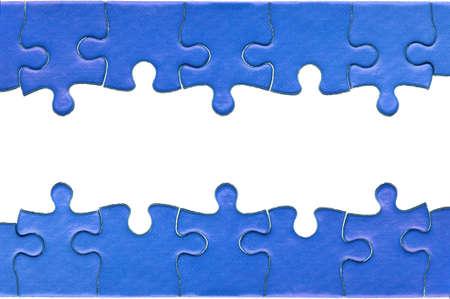 piezas de rompecabezas: Piezas de un verdadero rompecabezas azul dispuestos a formar una p�gina de cabecera y el pie, aisladas sobre un fondo blanco.
