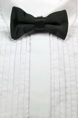 bow tie: Corbata de lazo negro de seda blanco y camisa de vestir de algod�n