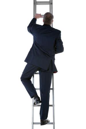 drabiny: Tylny widok biznesmena ubrany w niebieski garnitur wspinania drabiny