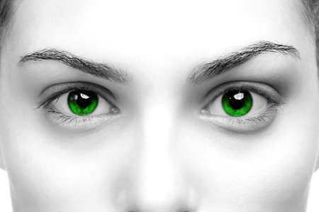 De alto contraste en blanco y negro de cerca de un womans ojos de color verde