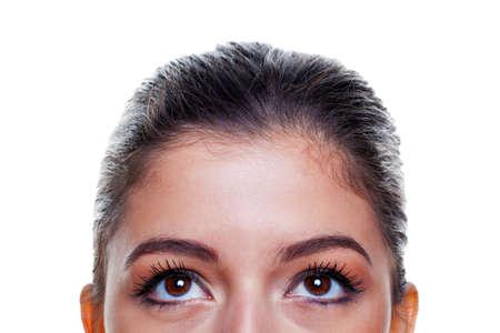 ojos marrones: Hermosa mujer morena de grandes ojos marrones mirando hacia arriba, aislados sobre fondo blanco.
