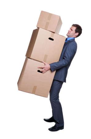 Zakenman moeite te voeren sommige zware dozen, isoalted op witte achtergrond.