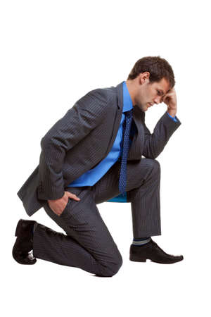 denker: Afbeelding van een zakenman in een pose bekend als De Denker, geïsoleerd op witte achtergrond met een kleine schaduw op de contactpunten.