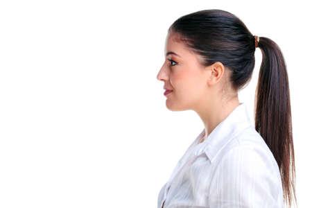 side profile: Profilo laterale di un attraente giovane donna bruna, isolato su uno sfondo bianco.