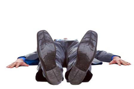 hombre cayendo: Hombre de negocios en un traje acostado sobre la espalda, aisladas sobre fondo blanco.