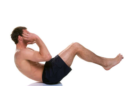 haciendo ejercicio: Ejercicio de tiro a un hombre haciendo un crujido est�mago se siente, aislado en un fondo blanco. Foto de archivo
