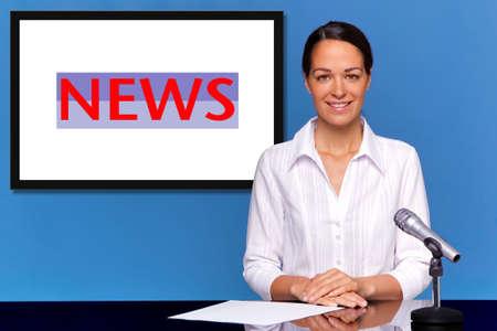 journal t�l�vis�: Une femme de news pr�sentant l'actualit�, ajouter votre propre texte ou image � l'�cran derri�re elle. Banque d'images