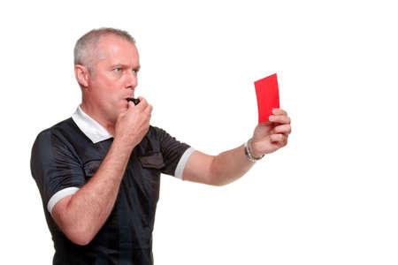 Side profiel van een scheidsrechter die de rode kaart, geïsoleerd op een witte achtergrond.